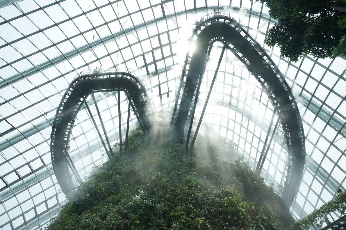 Foto de passarela em montanha artificial nas nuvens