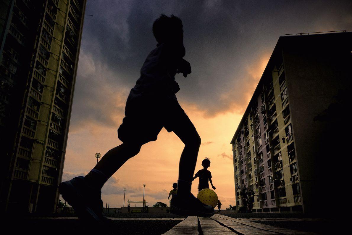 Foto de crianças jogando bola em Hong Kong