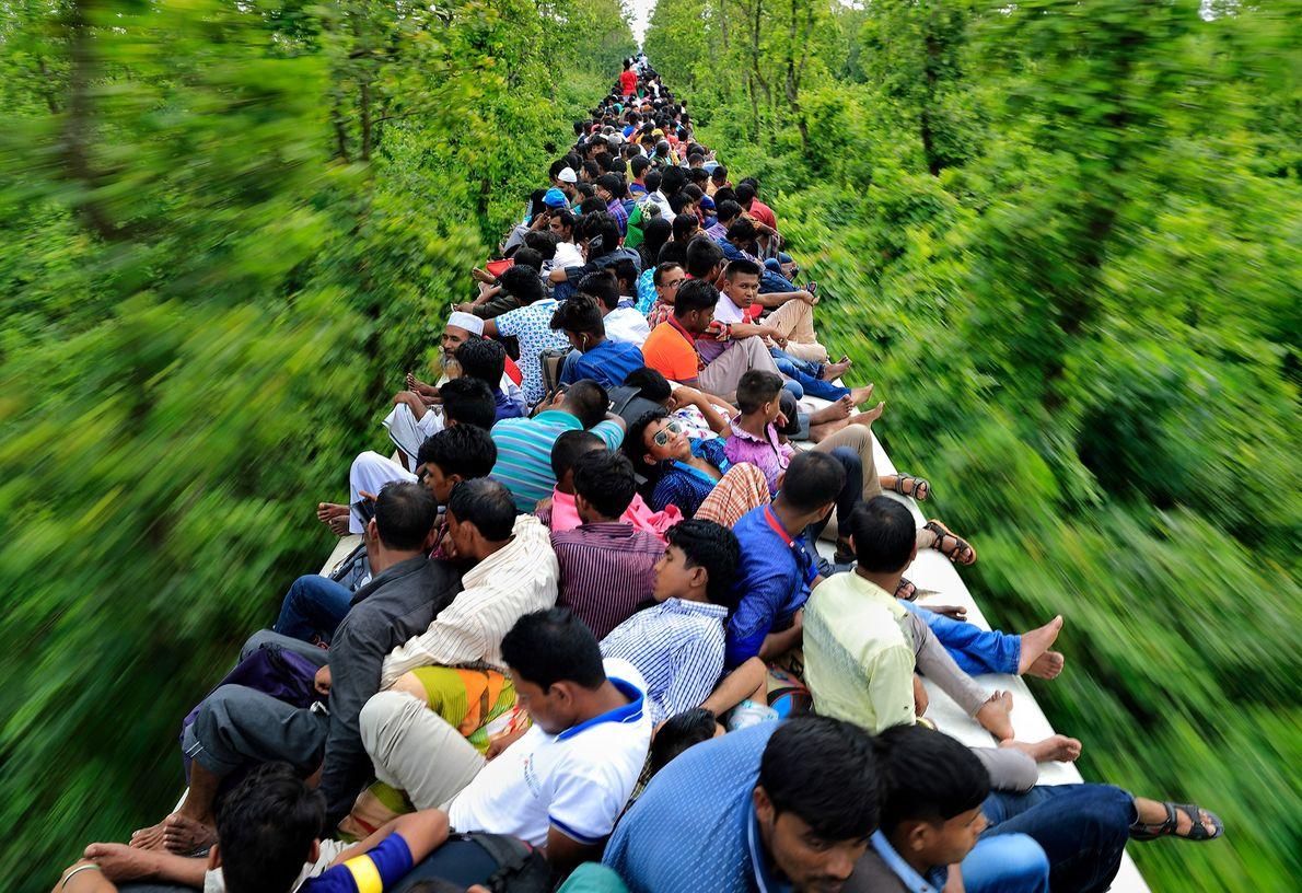 Foto de pessoas em cima de um trem em Bangladesh