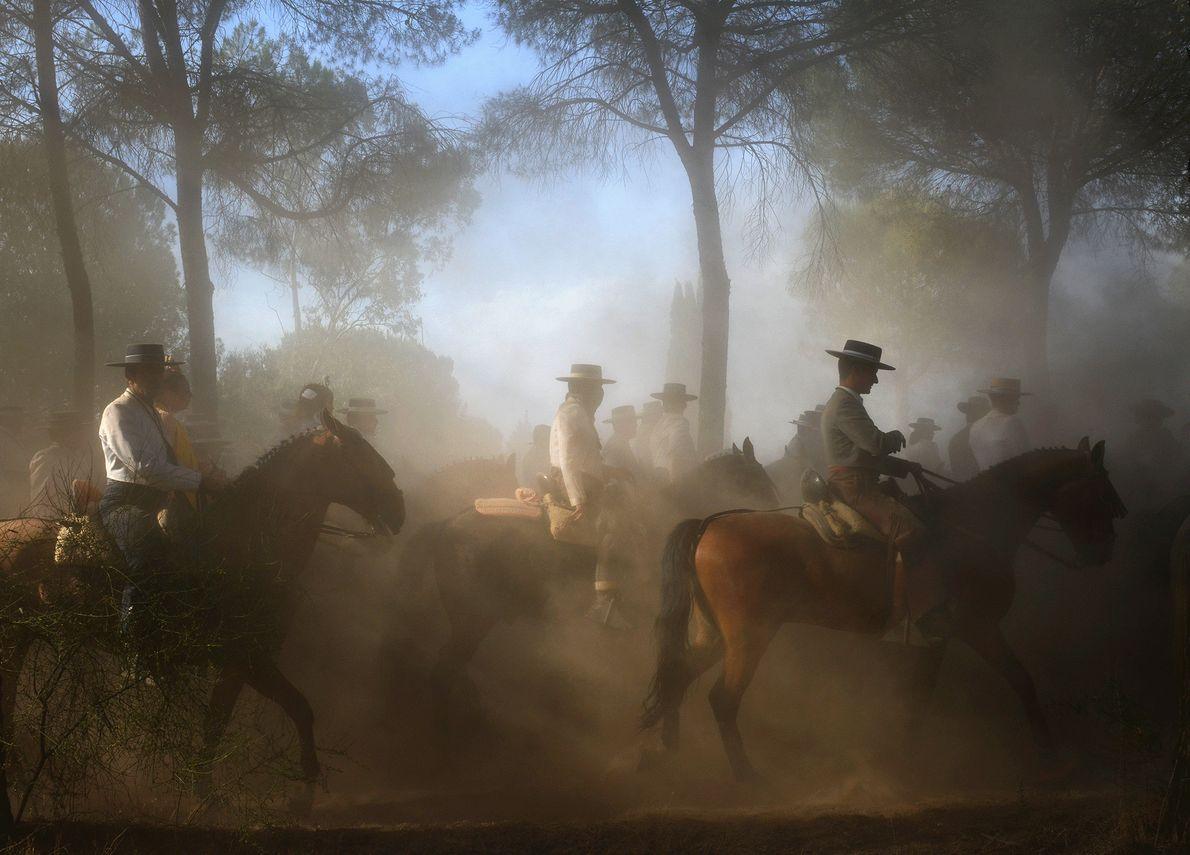 Foto de pessoas a cavalo fazendo uma peregrinação religiosa
