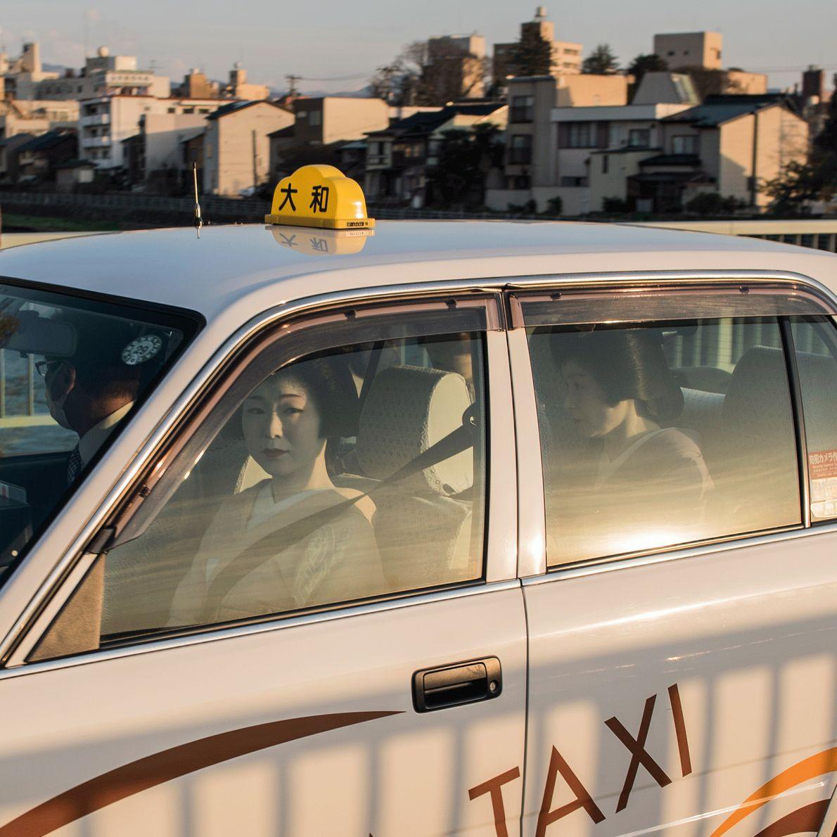 Foto de gueixas japonesas no táxi