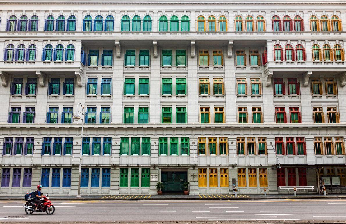 Imagem de janelas coloridas em um prédio em Cingapura