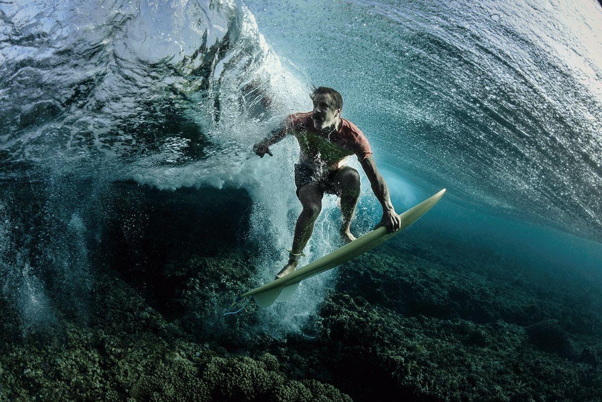 Foto de um surfista em sua placa subaquática em Fiji