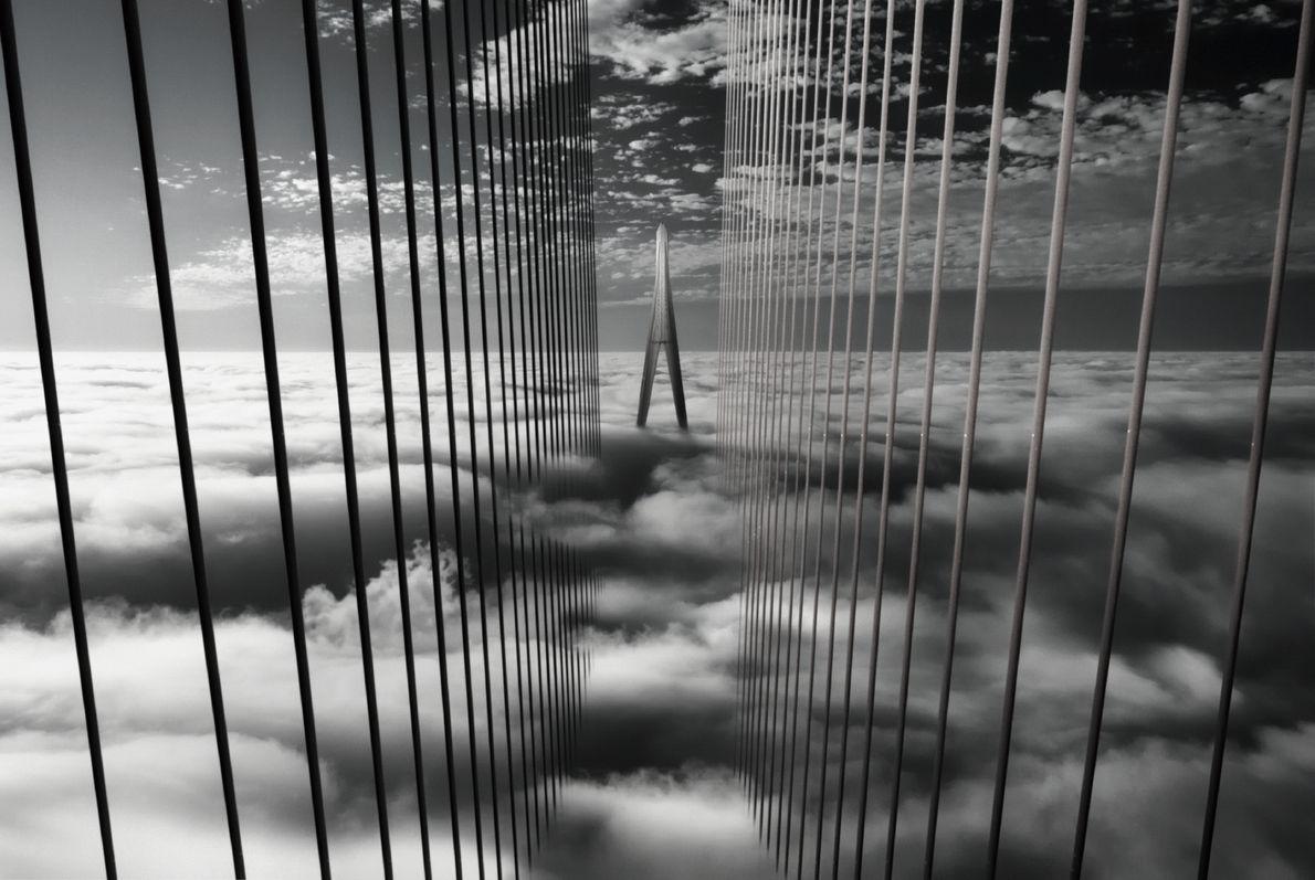 Foto de uma ponte sobre a neblina no Vietnã
