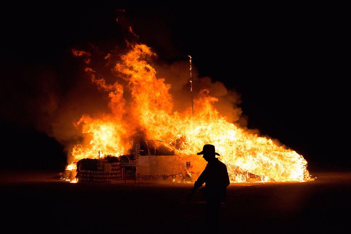 Foto de um grande incêndio queimando bandeiras