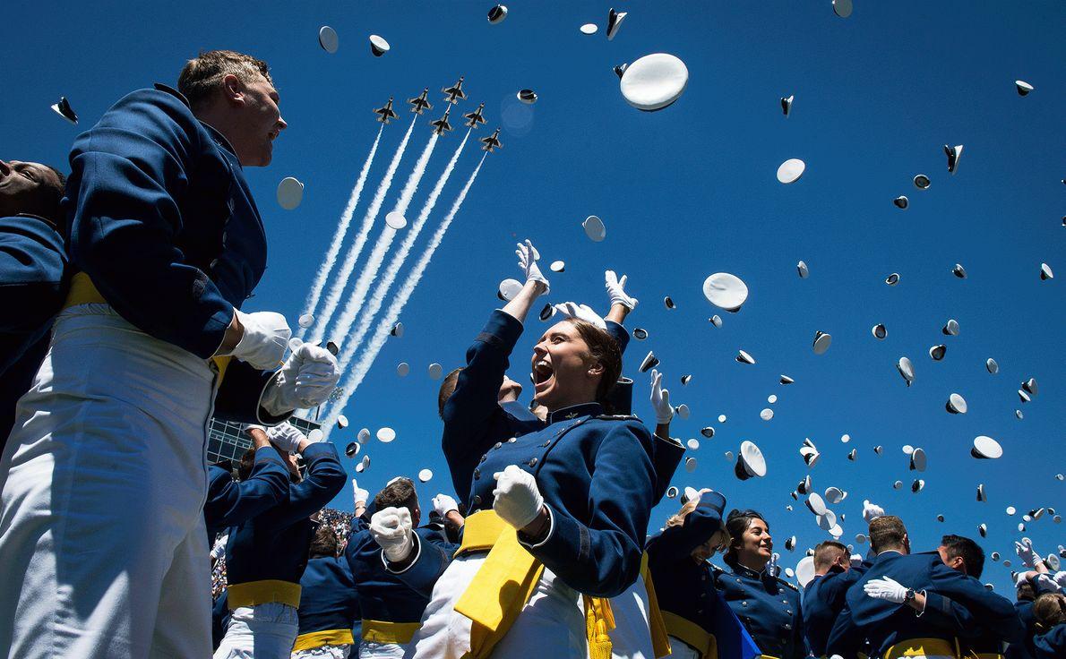 Foto de cadetes da Força Aérea jogam comemoram a formatura