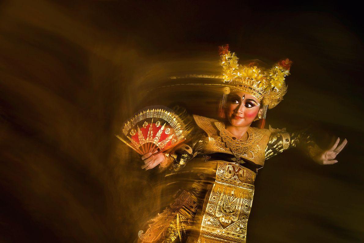 Foto de uma dançarina de legong na indonésia