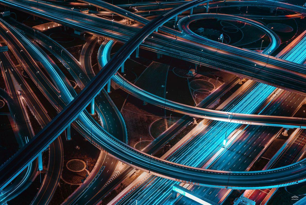 Foto de carros em uma estrada em Dubai à noite