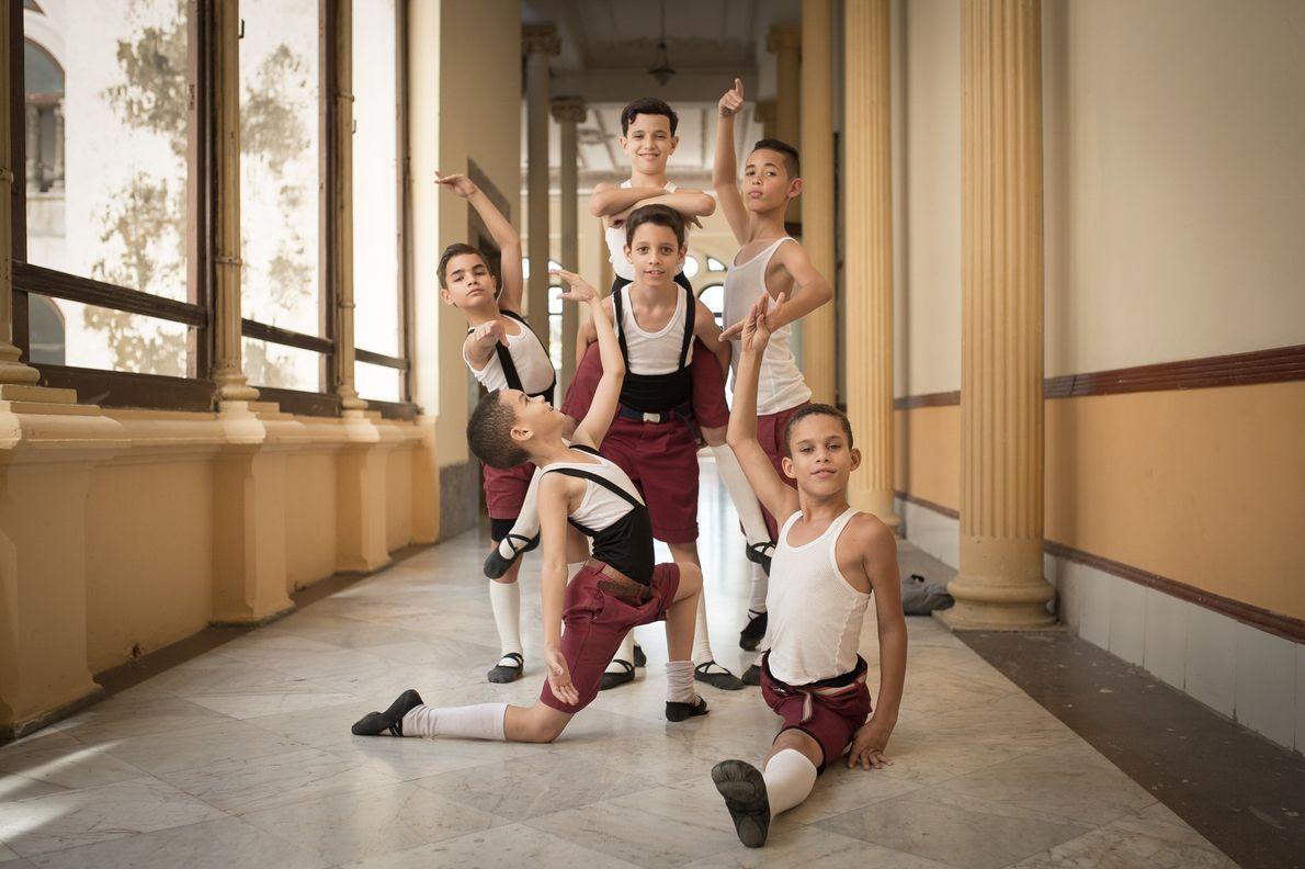 Foto de meninos posando em corredor de balé cubano