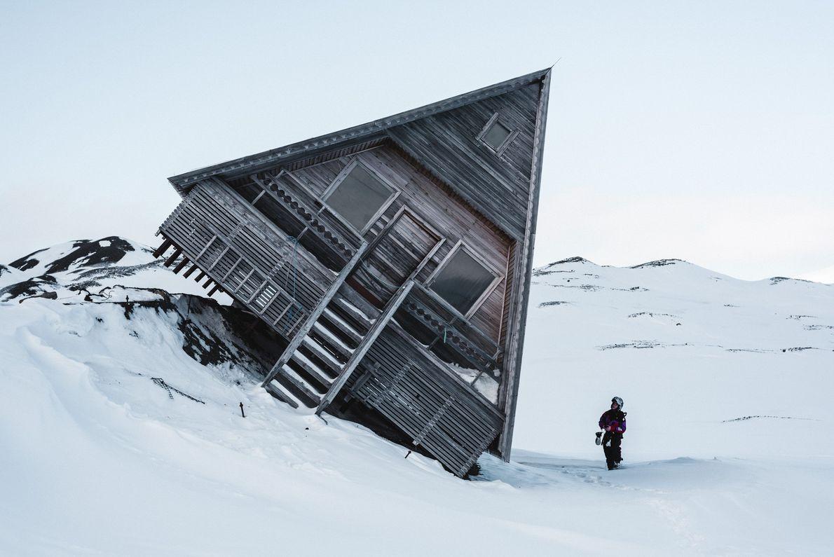 Imagem de uma cabine inclinada na neve