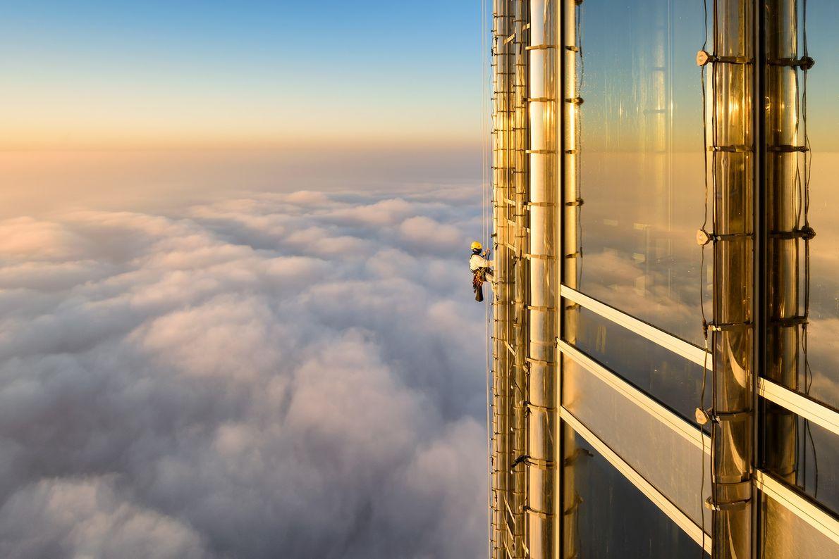 Foto de um limpador de janelas sobre as nuvens