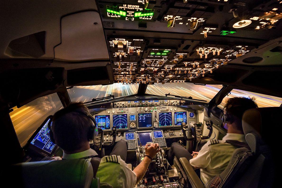 Imagem de dois pilotos dentro de um cockpit pousando um avião