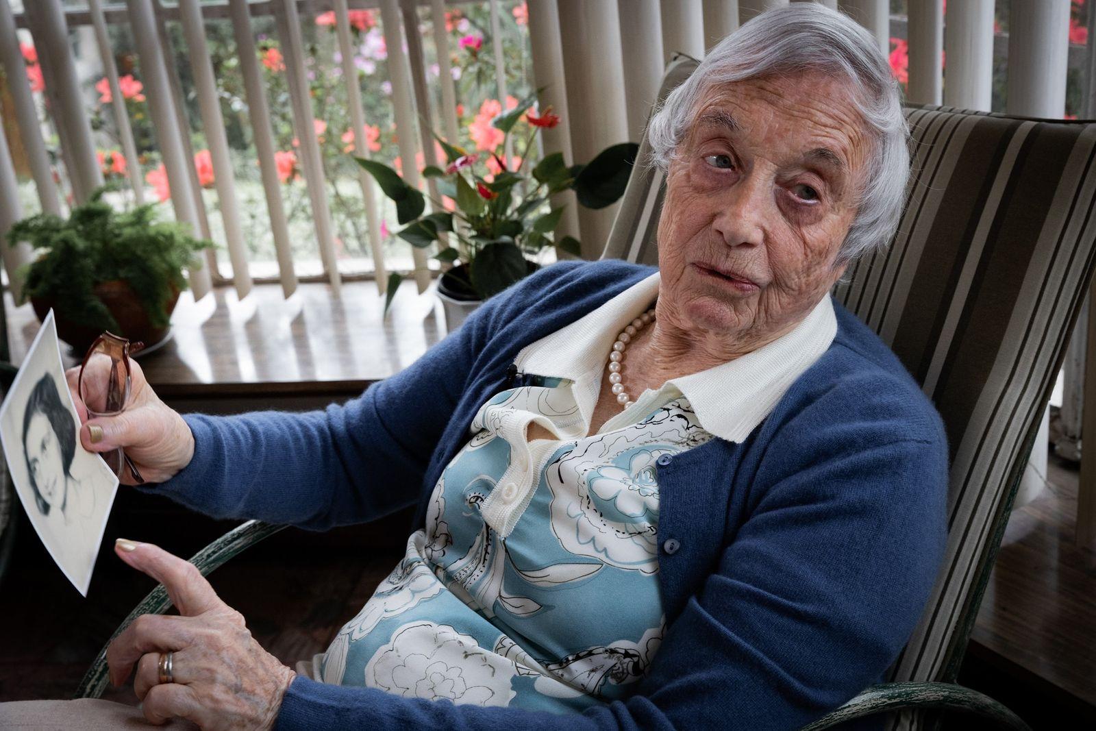 """""""A mente não esquece os horrores que vivi"""", diz a sobrevivente Nanette Blitz Konig enquanto segura ..."""