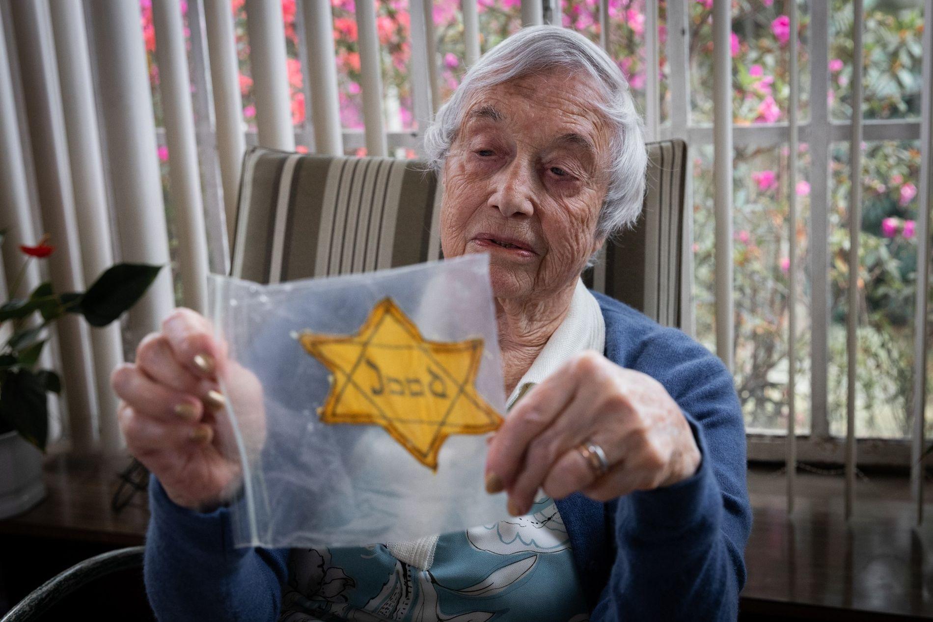 Na Holanda ocupada pelos nazistas, pessoas de origem judaica eram obrigadas a usar uma Estrela de ...