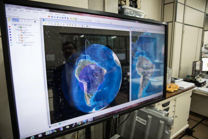 Computador no laboratório de testes do Inpe mostra a órbita polar que o satélite Amazônia-1 fará ...
