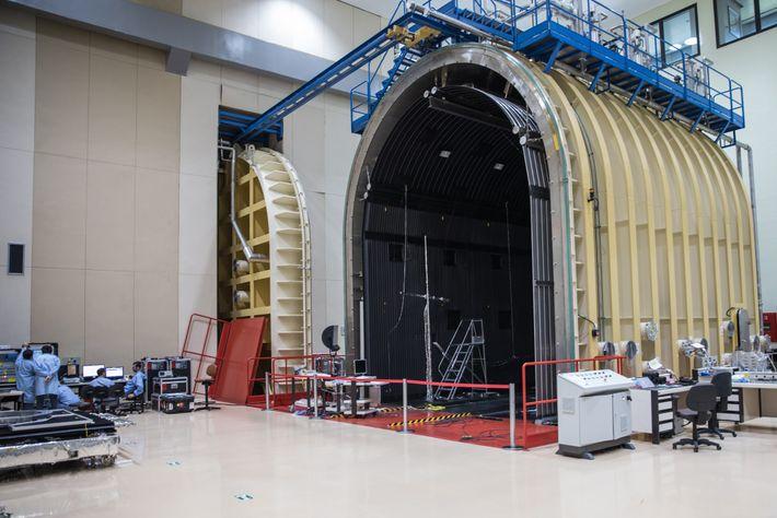 Depois de montado, o satélite passará por uma série de testes para simular o funcionamento no ...