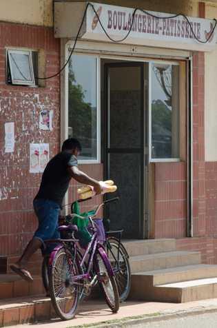 Bicicletas e baguettes: cultura francesa enraizada em Saint-Georges.
