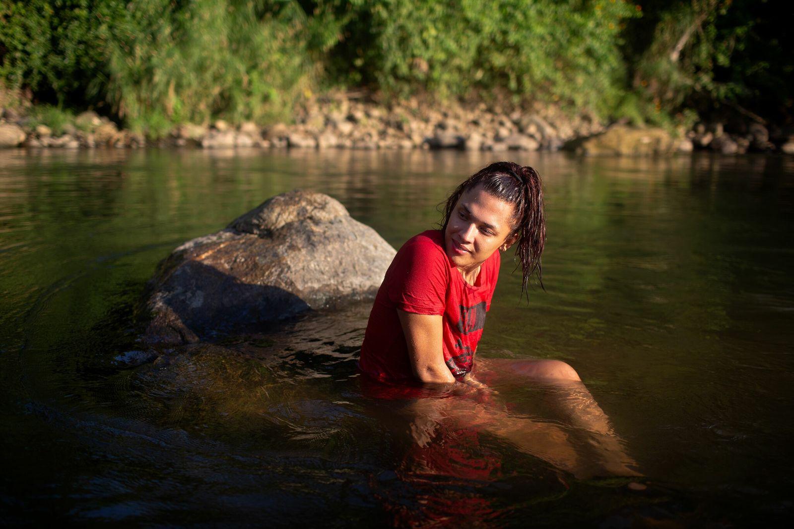 Alexa Smith, 20 anos, de Honduras, passa uma tarde com amigos no rio em Tapachula, na ...