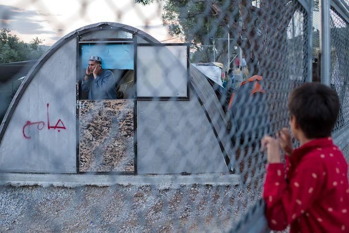 O acampamento Moria em Lesbos está tão cheio que refugiados agora vivem em um acampamento improvisado ...