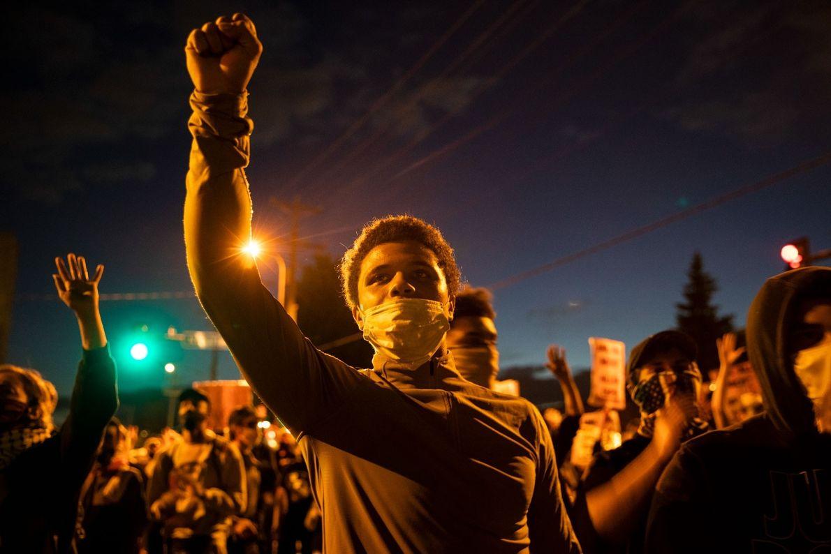 Na sexta-feira, 29 de maio, manifestantes se reuniram do lado de fora de uma delegacia de ...