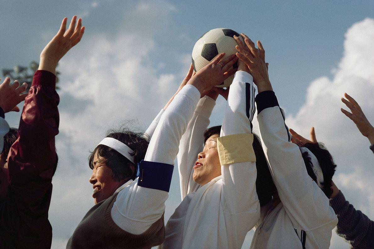 Mulheres de diferentes clubes atléticos competem umas contra as outras em um evento anual de esportes ...
