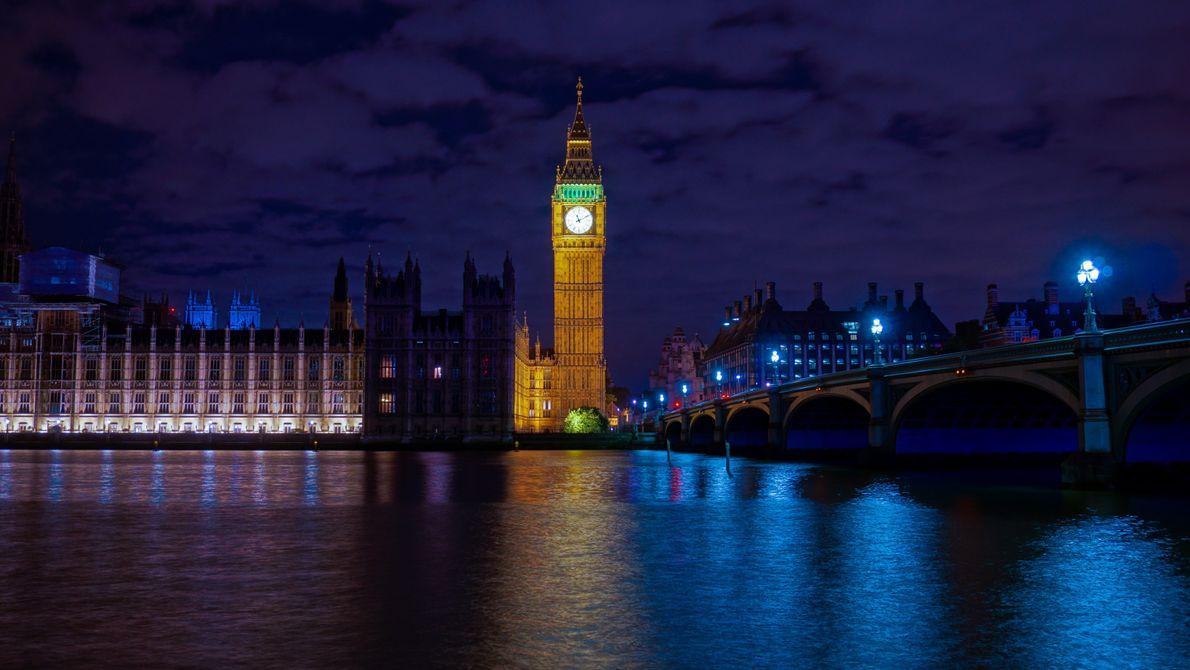 A torre do Big Ben iluminada na noite de Londres, Inglaterra.