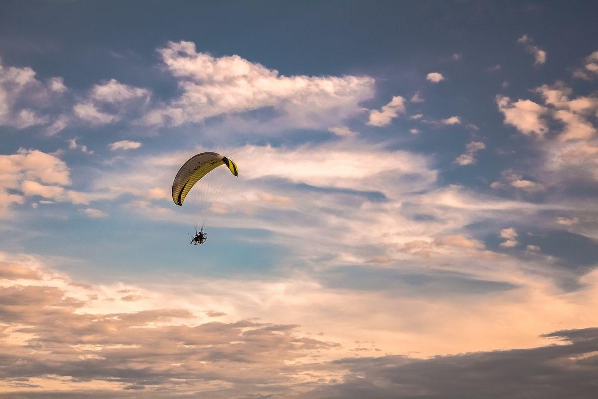 Aventureiros praticam parapente em Torres, Rio Grande do Sul.