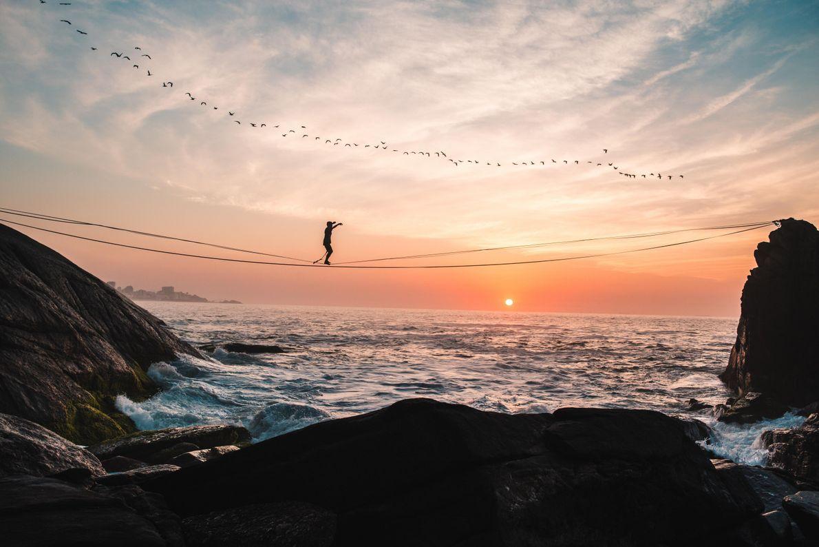 O atleta Rodrigo Melo pratica slackline durante o nascer do sol no Rio de Janeiro, RJ. ...