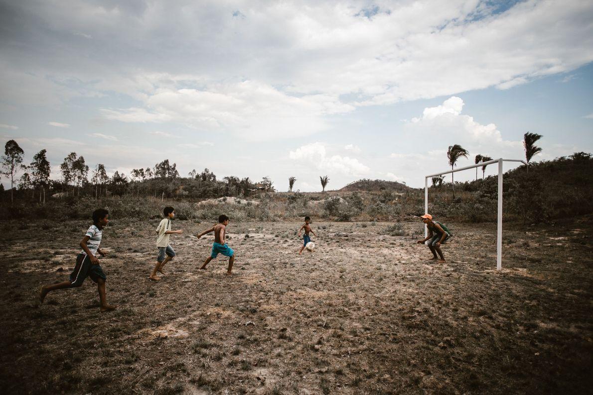 Crianças jogam futebol