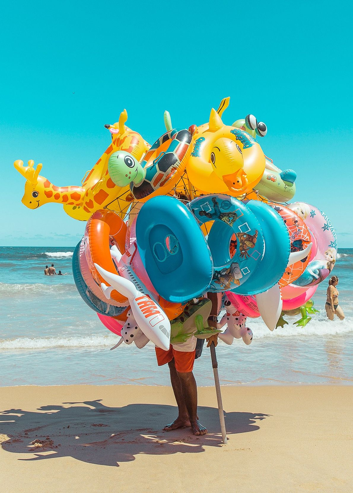 Vendedor de bóias infláveis em Salvador, Bahia.