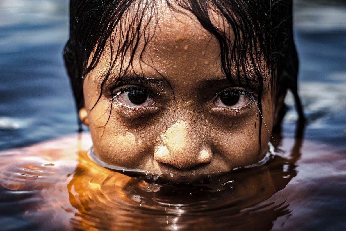 Menina toma banho de rio na comunidade Uábada, no alto Rio Negro, Amazonas