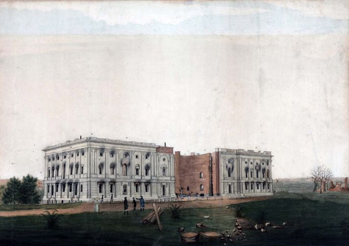 Quando ainda estava em construção, tropas britânicas atearam fogo no Capitólio durante a Guerra de 1812.