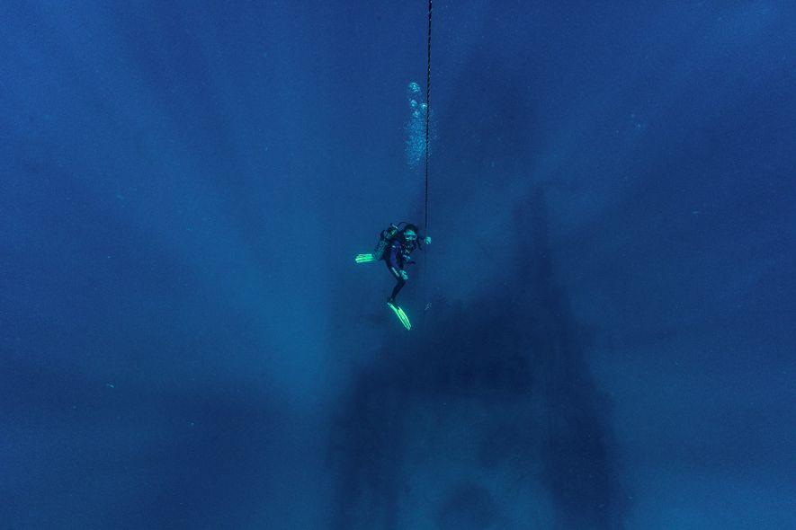 Beatrice Padovani começa a ascensão à superfície depois de visitar um navio afundado na costa de ...