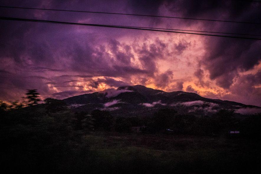 O sol nasce sobre um vulcão em El Salvador.
