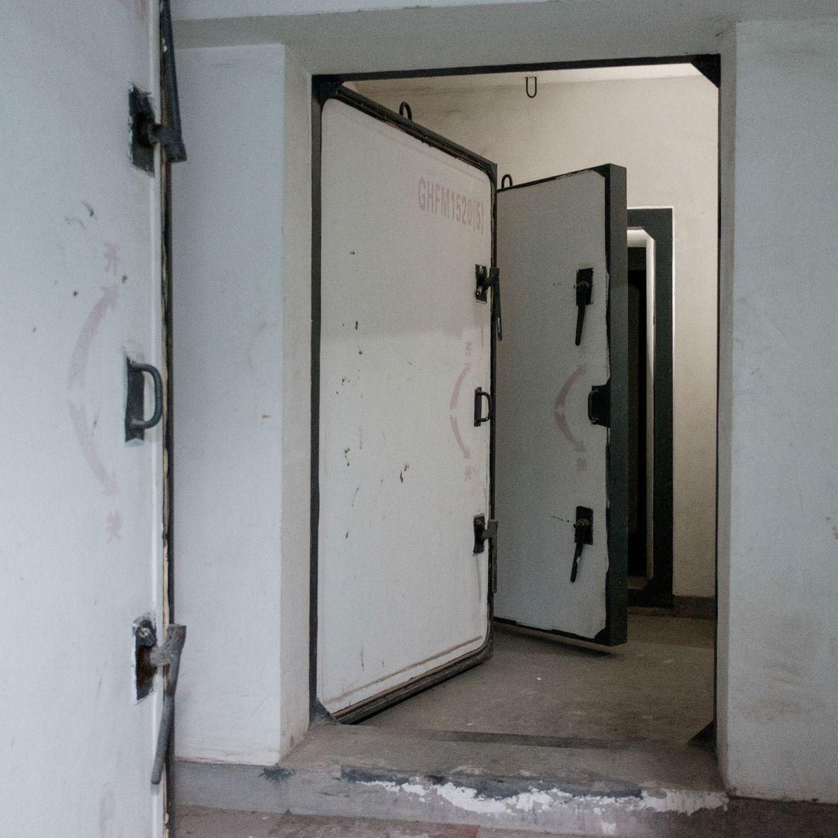 Portas velhas em um dos abrigos atômicos em Beijing, na China.
