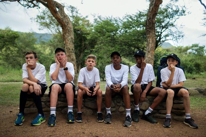 Alunos do Hilton College em Hilton, África do Sul, acampam por uma noite na reserva esportiva ...