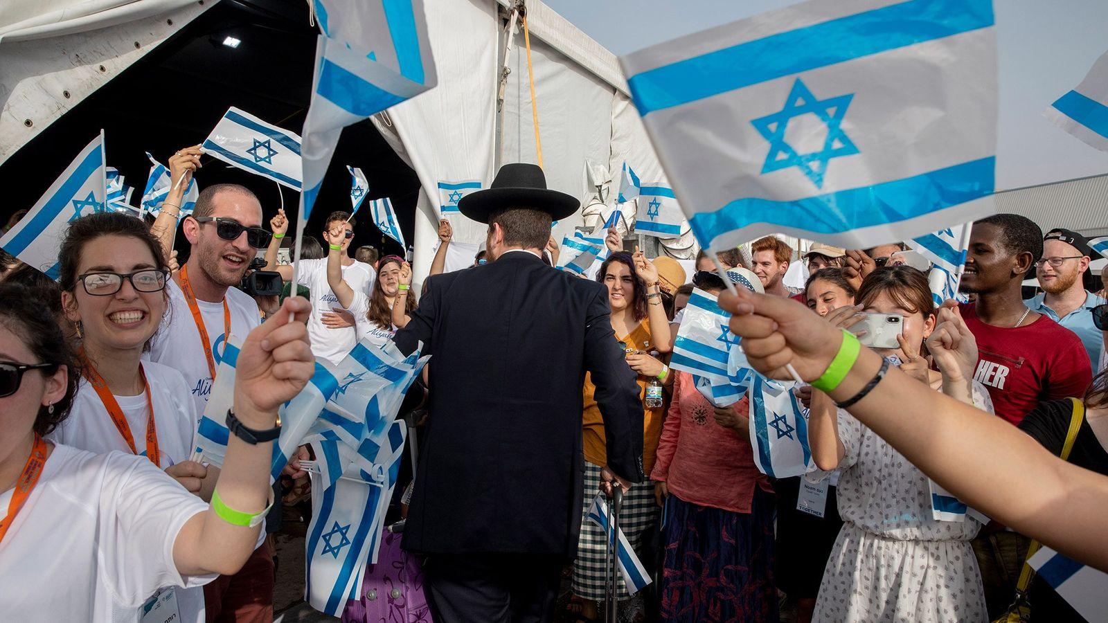 Imigrantes judeus, principalmente da França, recebidos calorosamente em Tel Aviv, em 17 de julho de 2019.