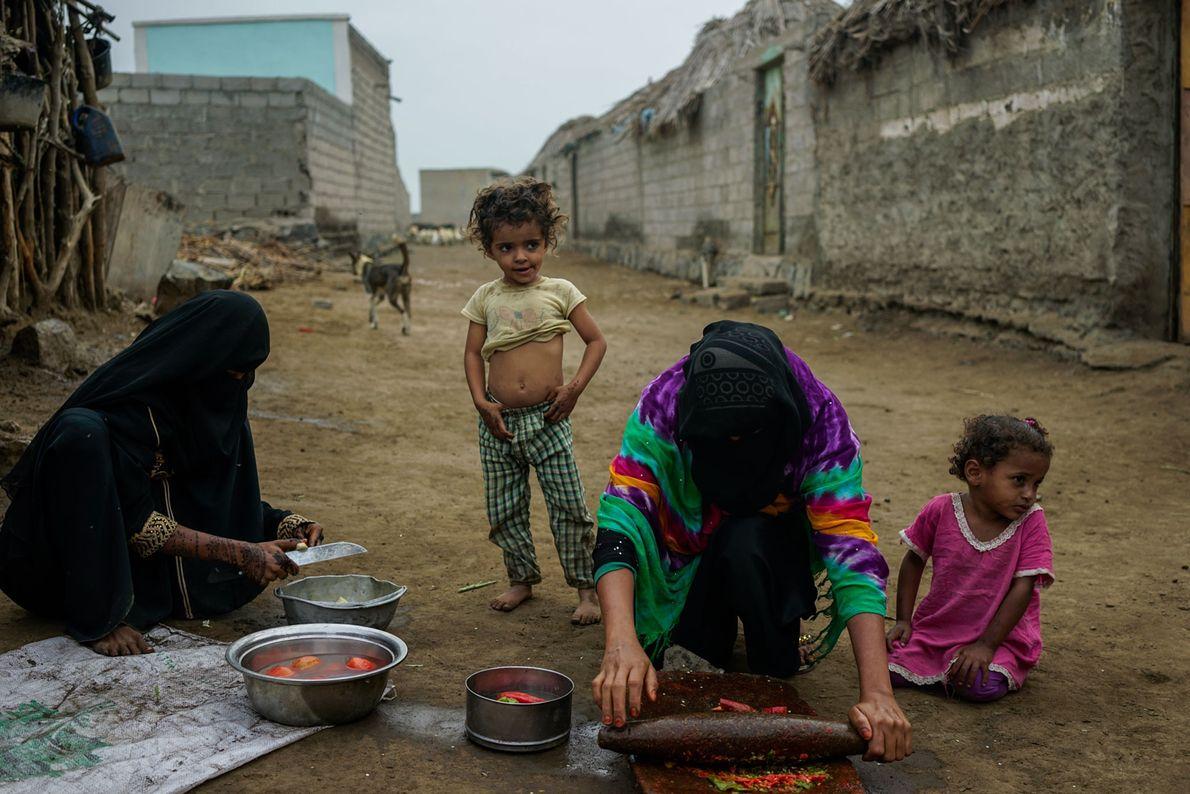Uma mãe prepara café da manhã com pimenta-malagueta — um dos alimentos mais acessíveis e baratos ...