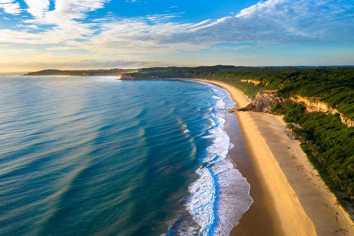 TIBAU DO SUL (RN), BRASIL Nascer do sol na praia do Madeiro, com a praia de Pipa ...