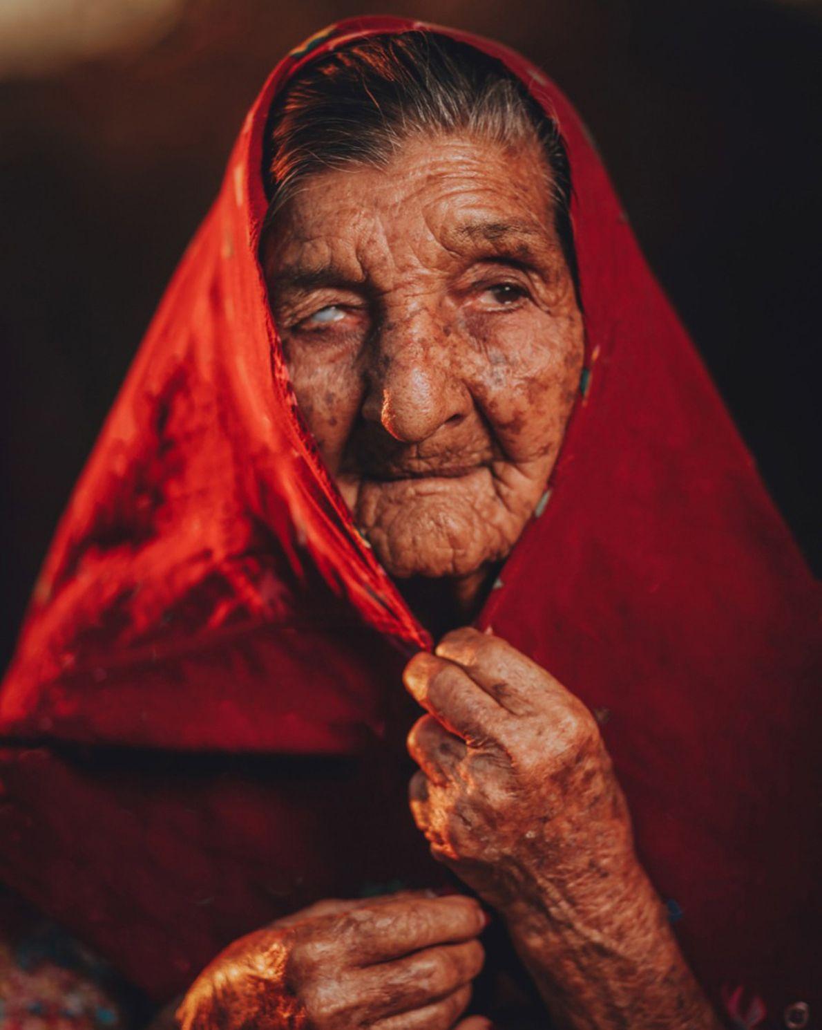 Dona Antônia, cigana da etnia calon, na comunidade do Rancho de Cima, em Sousa (PB).