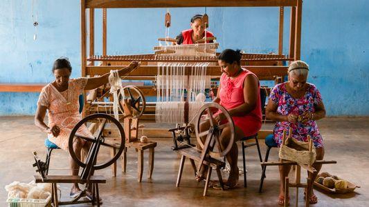Fiandeiras, tecelãs e tintureiras resgatam orgulho e tradição no interior de Minas Gerais