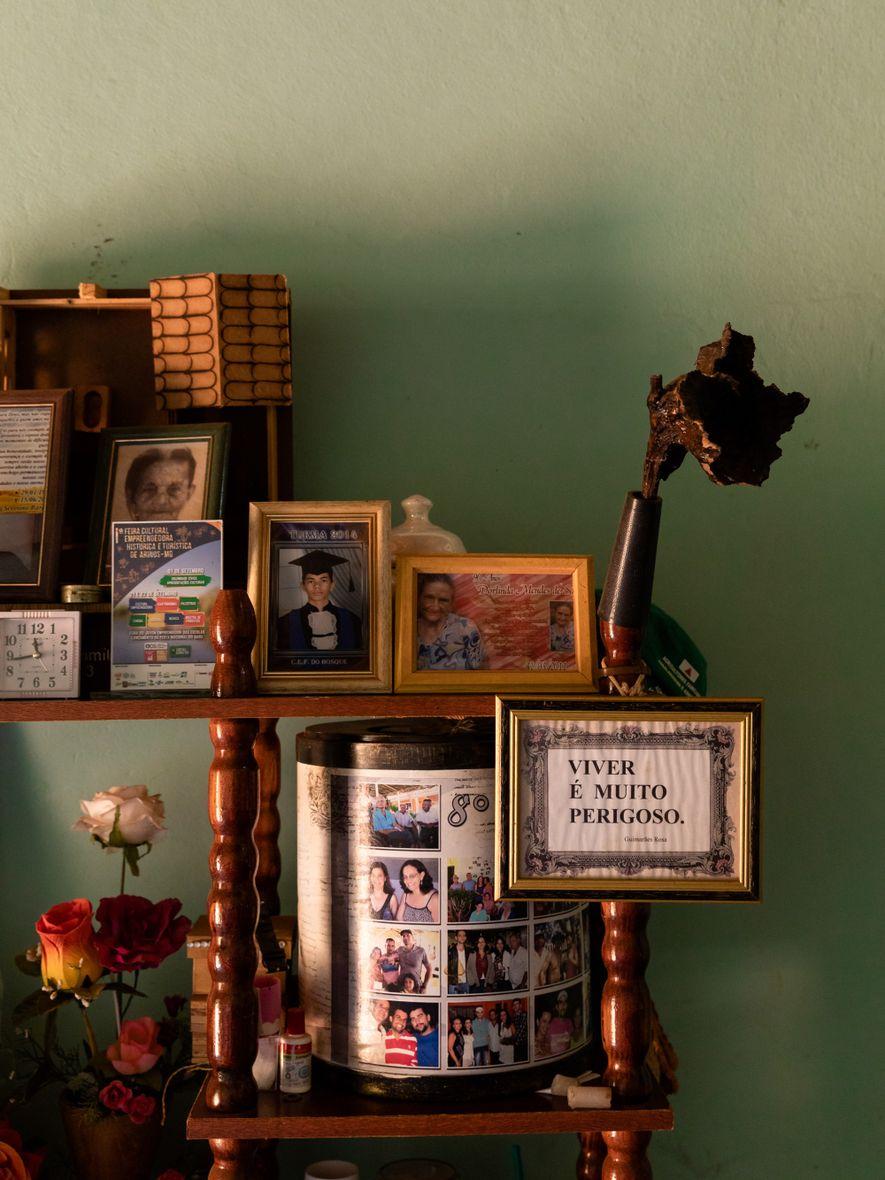 Na casa de Dona Nadir, uma frase de Guimarães Rosa –Viver é muito perigoso – divide ...