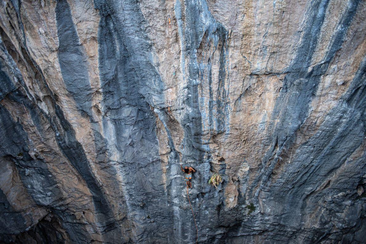 Escalador descansa antes de encarar a etapa final da colorida escalada em Çitdibi, estado da Anatólia, ...