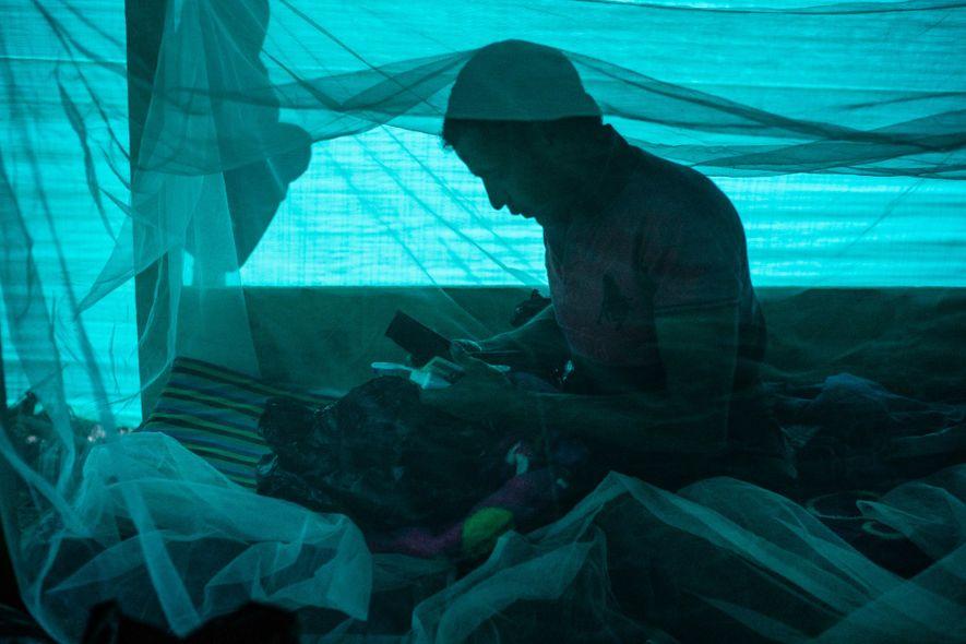 Jorge Blanco Escobar prepara seu equipamento dentro de sua tenda no acampamento da expedição. Blanco Escobar ...