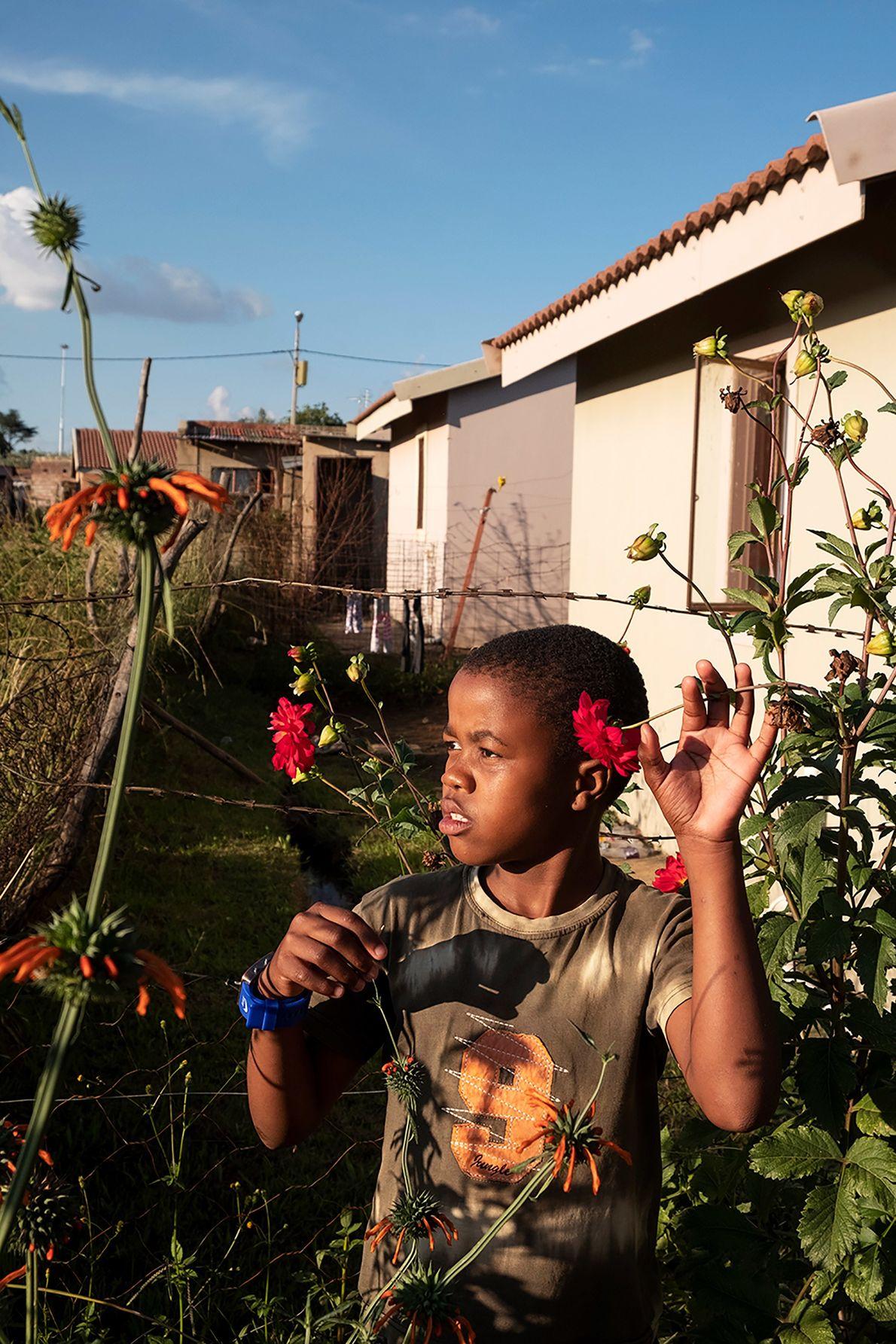 Um garoto da periferia de Joanesburgo, na África do Sul, encontra beleza nas flores em volta ...