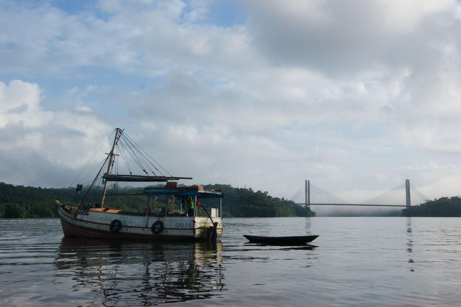 Rio Oiapoque separa os municípios de Saint-Georges, na Guiana Francesa, e Oiapoque, no Amapá,  Brasil.