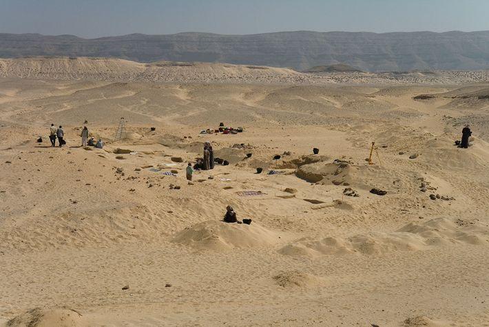 Antigo cemitério de Amarna, no Egito, onde as covas com cones de cabeça foram descobertas.