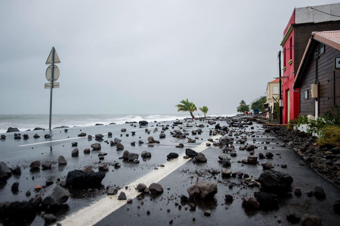 Uma imagem mostra rochas varridas por ondas fortes para uma estrada em Le Carbet, Martinica, depois ...