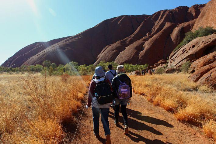 Apesar de o Parque Nacional Uluru–Kata Tjuta ter experimentado um aumento no número de visitantes depois ...