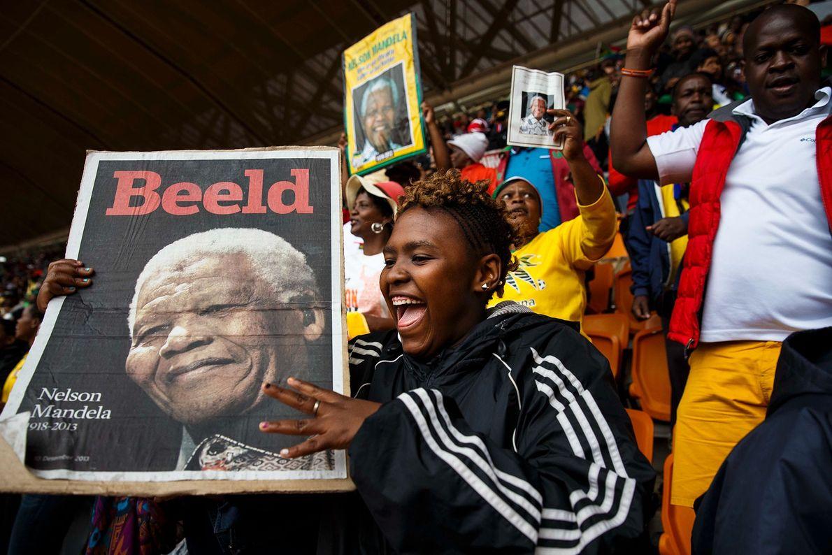 Em cerimônia em memória ao ex-presidente sul-africano Nelson Mandela, jovens e velhos dançam e cantam no ...